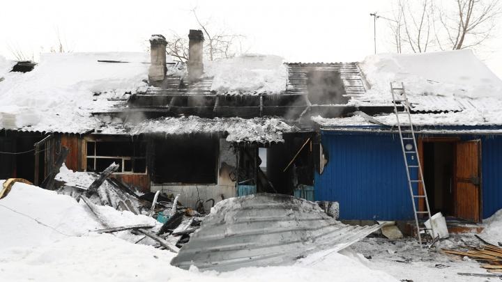 Фоторепортаж с улицы Декабристов, где в пожаре погибла семья с тремя детьми