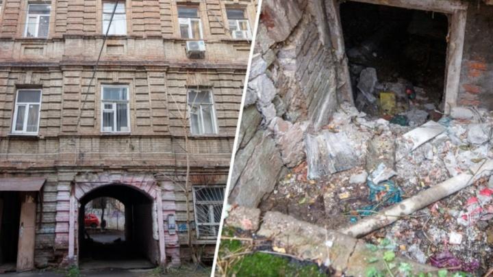 Упавшие в подвал пенсионерки подняли проблему аварийного дома на Суворова