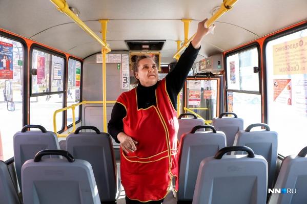 Масками в общественном транспорте пользуется все меньше людей