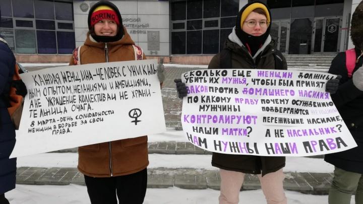 «Тюльпанами в нас кидали»: десятки женщин c протестными плакатами вышли на пикет