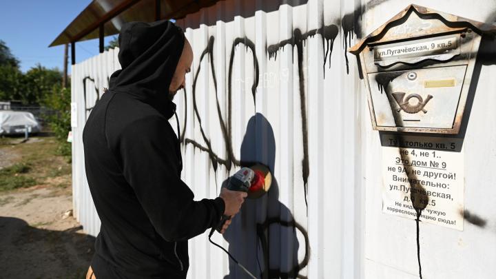 «Руководство клуба в отставку»: в Волгограде фанат «Ротора» исписал забор ветерану МВД у штаба команды