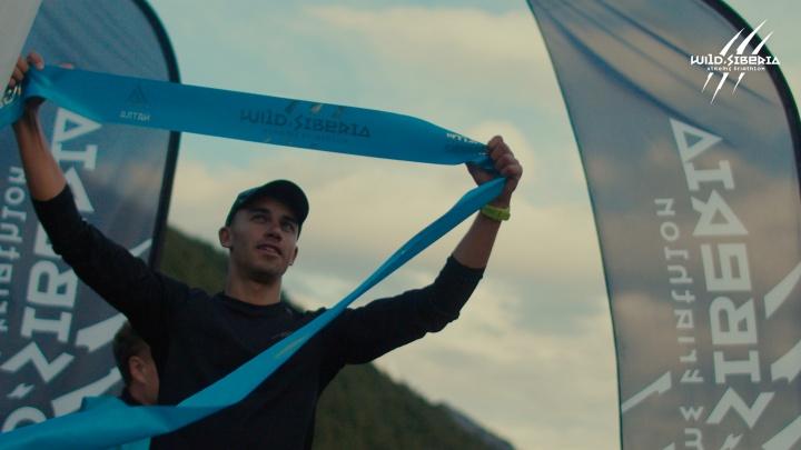 Красноярец за 12 часов преодолел больше 200 километров. Он плыл в холодной воде и бежал в крутую гору