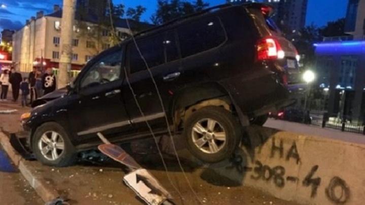 Появилось видео момента, когда Land Cruiser повис на ограде Макаровского моста