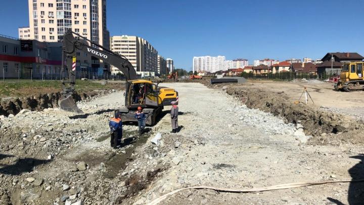 В Краснолесье начали строить широкую дорогу с тротуарами, велодорожками и остановками