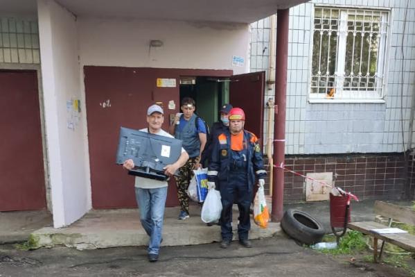 Люди спасали из разрушенного дома телевизоры и микроволновки
