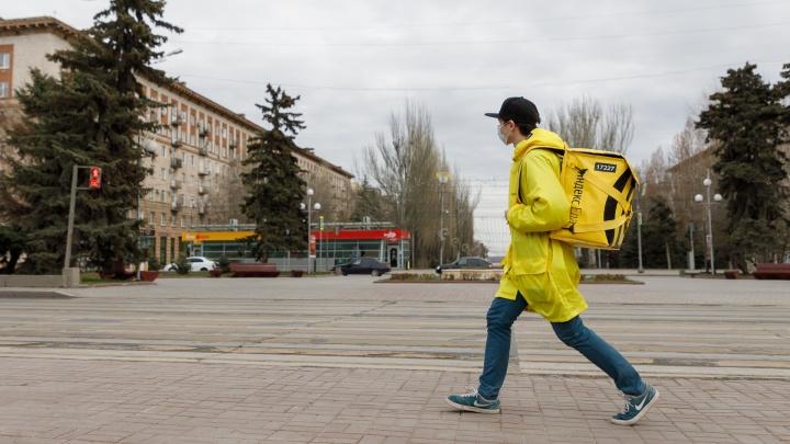 «Начало тренда уже положено»: в Волгограде директора и повара идут в грузчики и доставщики еды