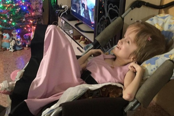 Лиза стала инвалидом из-за родовой травмы