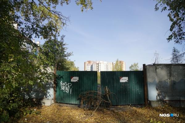 Территория огорожена, но никаких работ на площадке не ведут уже много лет