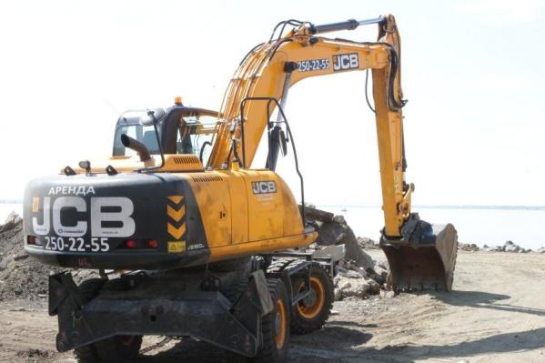 Бригада строителей работает на набережной весь световой день — до 21 часа