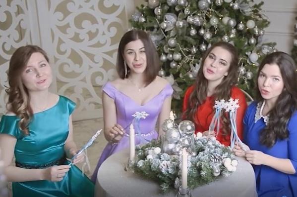 Девушки исполнили песню у нарядной елки