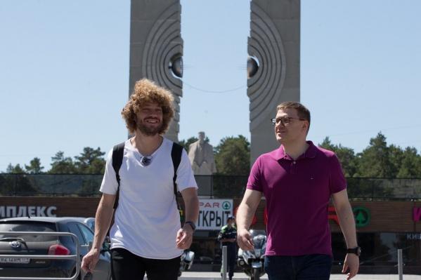 Челябинский губернатор и столичный блогер начали прогулку от памятника Курчатову по проспекту Ленина