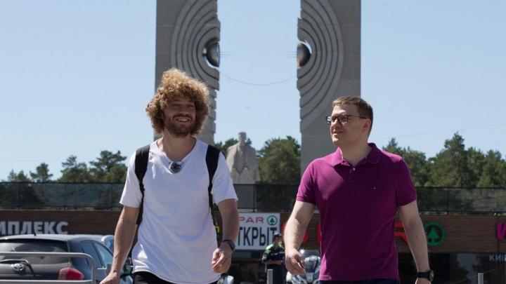 Текслер прогулялся с Варламовым по центру Челябинска. Оба признали, что город неудобен для пешеходов