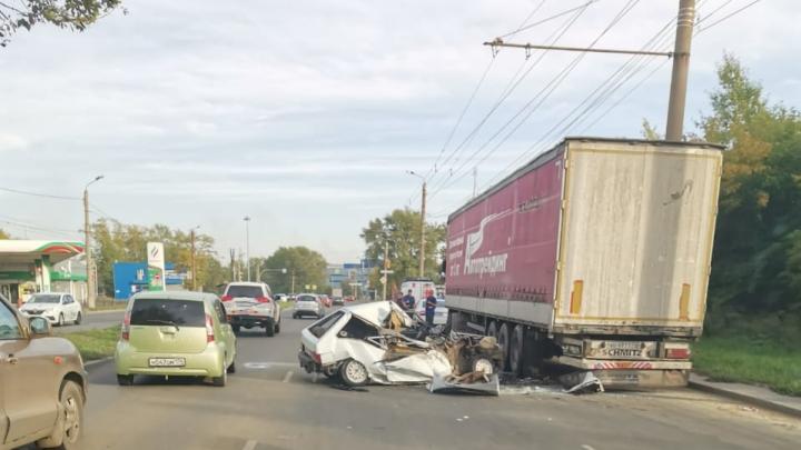 В Челябинске в аварии с «восьмёркой» и фурой погибла 20-летняя девушка