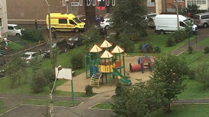 На Ястынской девушка выпала из 16-этажки и разбилась