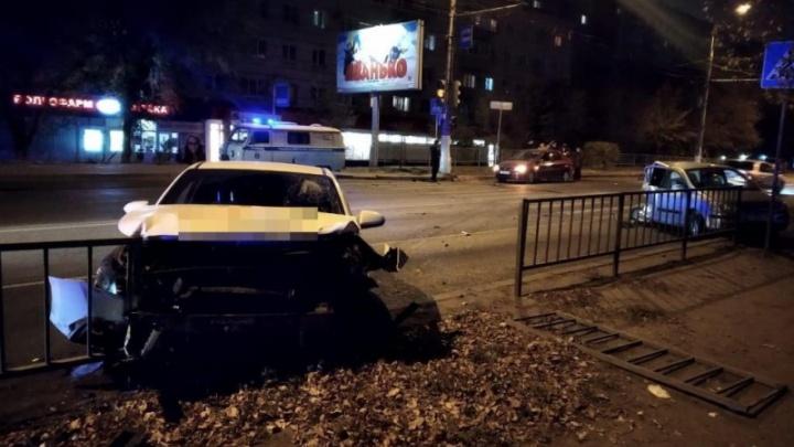 Машины разлетелись, как кегли: в Волгограде водитель иномарки устроил массовую аварию на переходе