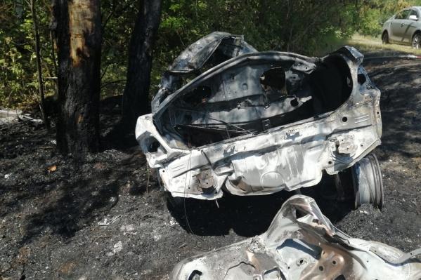 Вот что осталось от «Тойоты-Короллы» после пожара: она загорелась, съехав в кювет