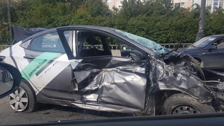 Намотало на столб, оторвало двигатель: появилось видео ДТП с каршеринговым авто у метро «Динамо»