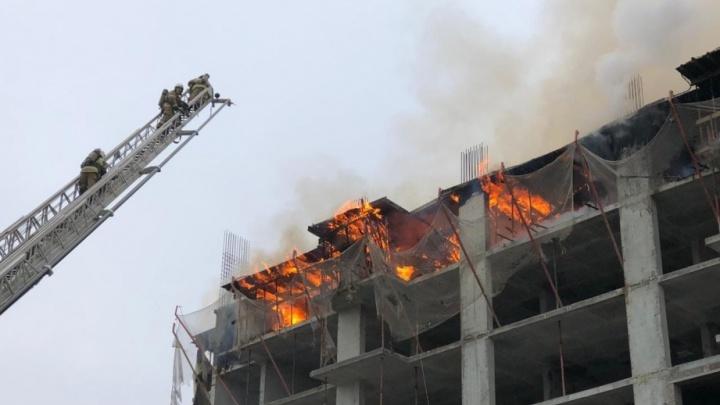 Появилось видео пожара в недостроенном доме на Московском шоссе