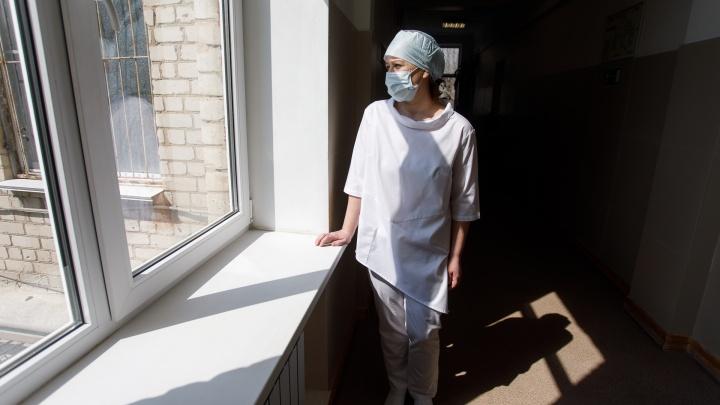 В Волгоградской области заразились коронавирусом около 100 медиков