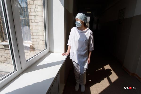 Примерно каждый 16-й заразившийся в регионе — медик