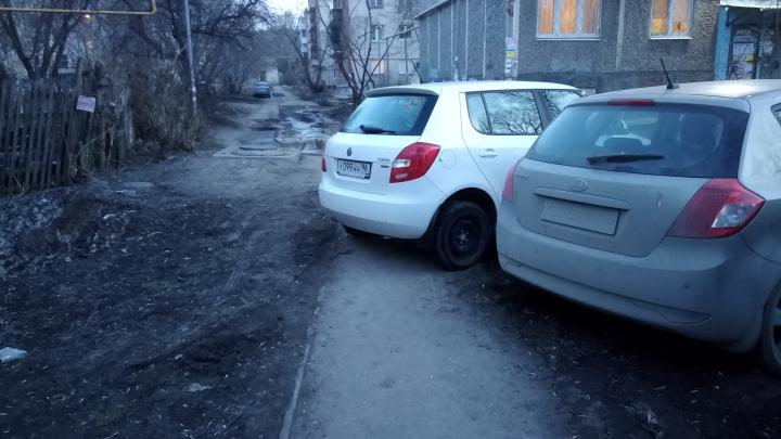«Я паркуюсь как...»: жадные «инвалиды» и машины на лестницах
