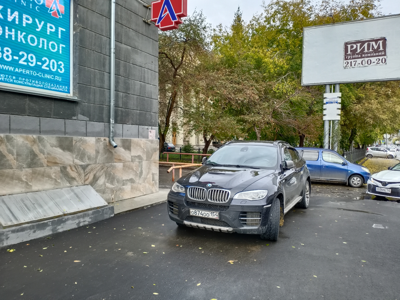 BMW на тротуаре