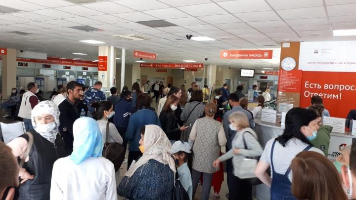 «Отказать в посещении не можем»: посетители устроили столпотворение в головном офисе МФЦ Челябинска