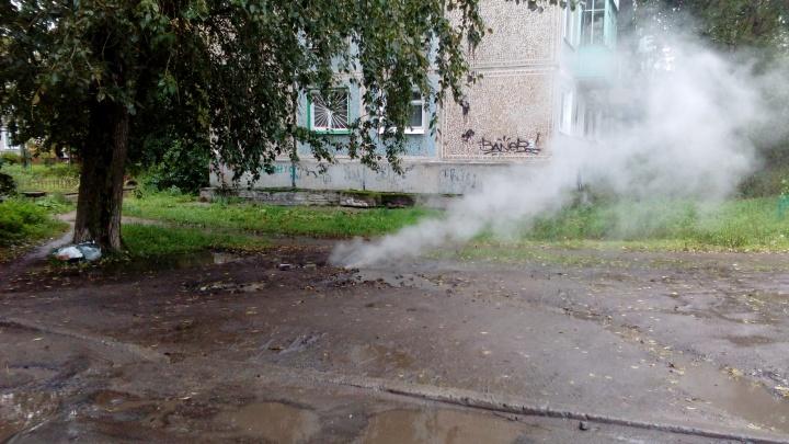 В видео читателя из Архангельска — парит люк. Что в таких случаях делать