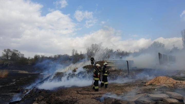 Крупный пожар разгорелся вблизи домов в Волгограде