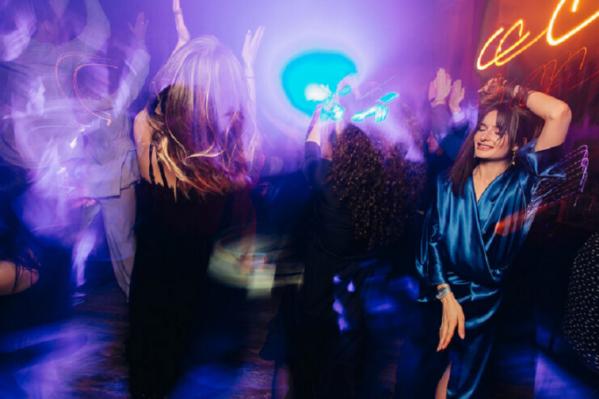 Не потанцевать больше в клубе под любимые песни. Только дома