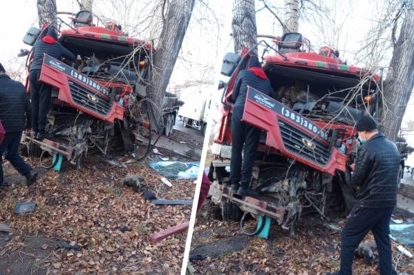 Водитель влетел в дерево в Кировском районе