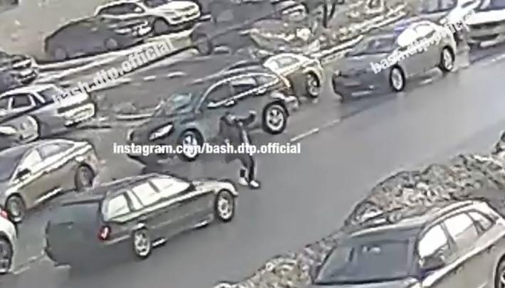 В Уфе юношу, перебегавшего дорогу, сбил автомобиль