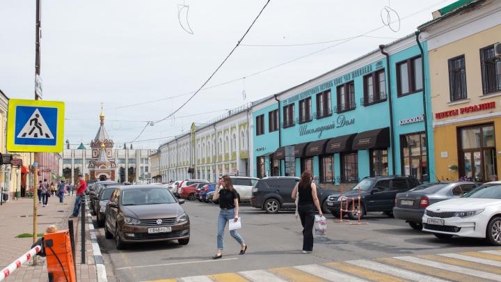 Власти больше года борются за здание, которое покрасили в цвет яиц дрозда
