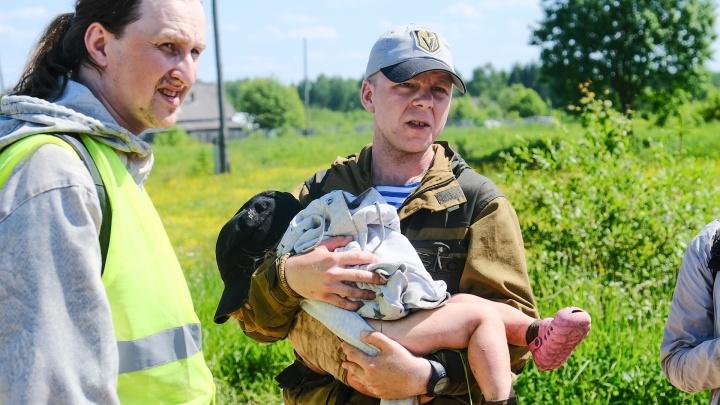«Спала в высокой траве»: волонтеры рассказали, как нашли пропавшую под Березниками двухлетнюю девочку. Фото