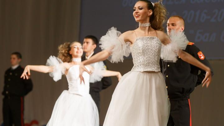 «Люди устали от ограничений. Им нужен праздник»: волгоградские школьницы в разгар пандемии выбирают выпускные платья
