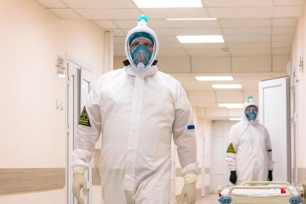 С больными COVID-19 медики работают в защитных костюмах