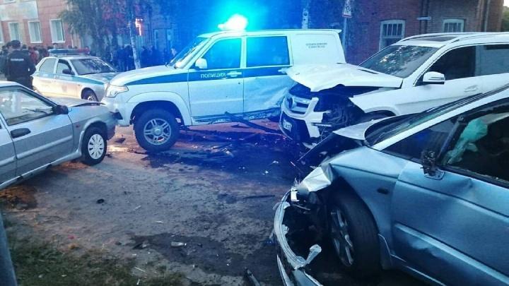 В Ишиме пьяный водитель влетел в несколько машин, которые отбросило на людей