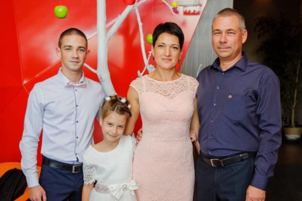 Сергей (крайний справа) уже готовился к выписке, но состояние здоровья резко ухудшилось