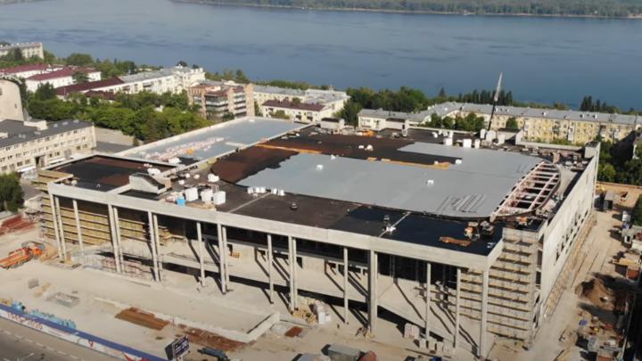 Монтируют кровлю над ледовой ареной: блогер снял на видео работы на крыше нового Дворца спорта
