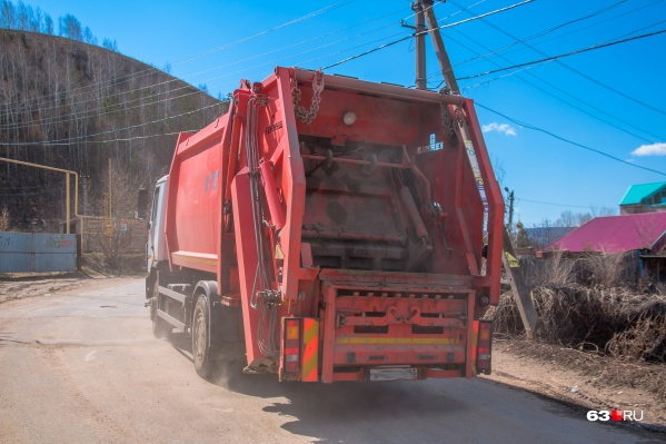Мужчина погиб, когда загружал контейнер с мусором в спецавтомобиль