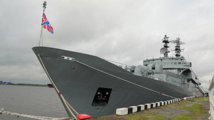 Торжественный строй в масках: Архангельск встретил учебный корабль Балтийского флота «Смольный» — видео