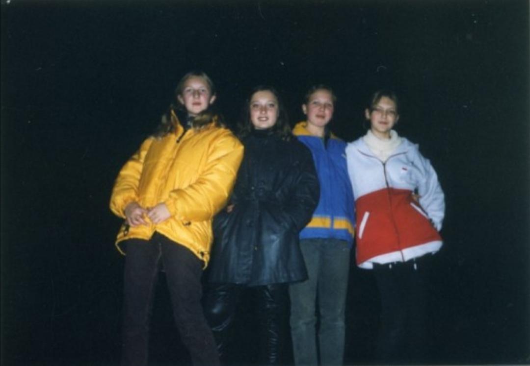 Неизвестно, в каком году сделан снимок. Но читательница объяснила, что самая модная куртка, конечно же, была кожаной