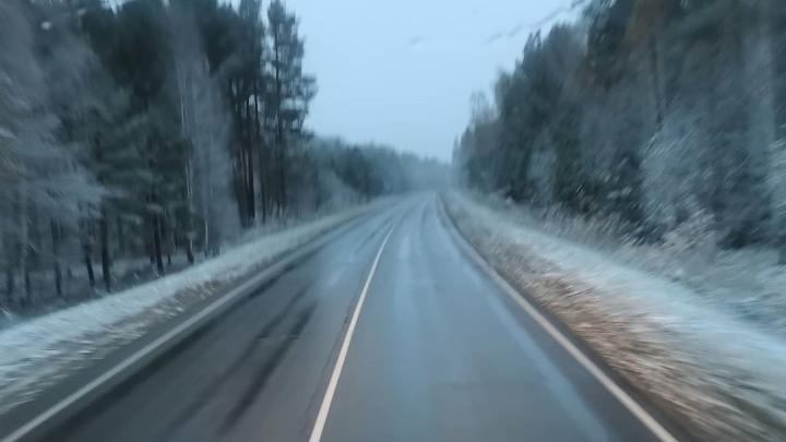 Загородные трассы засыпало снегом: инспекторы советуют красноярцам «переобуть» машины