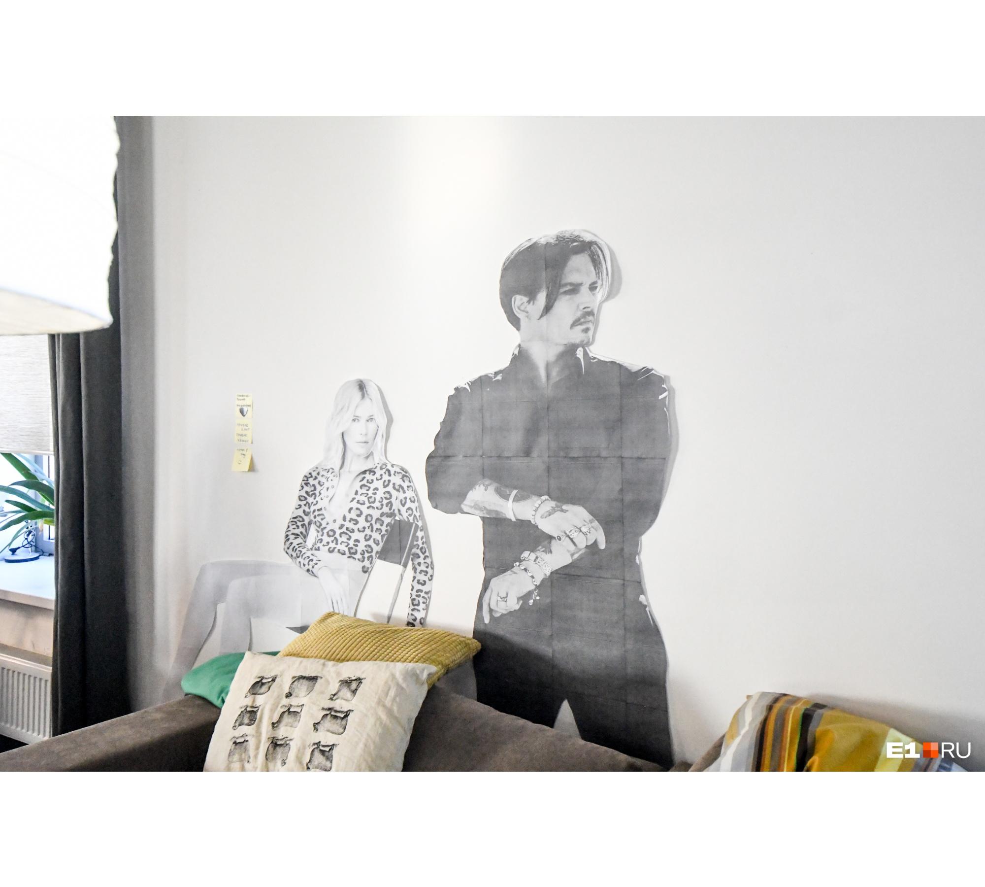 В офисе можно встретить картонных Джонни Деппа и Клаудию Шиффер