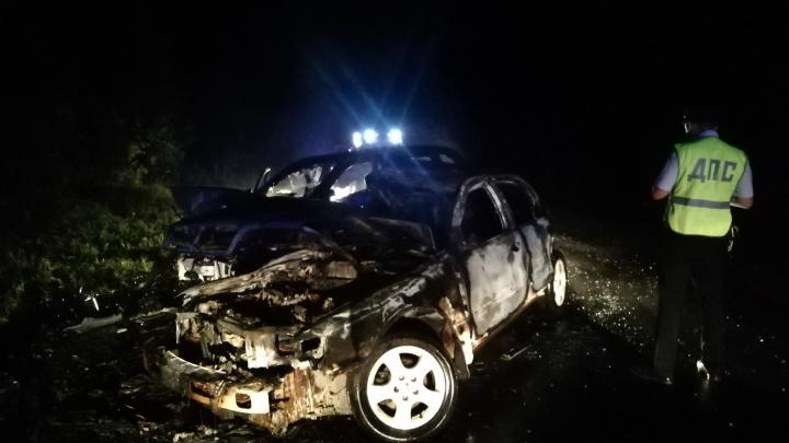 На трассе в Белоярском районе Nissan и Geely загорелись после ДТП. Два человека погибли