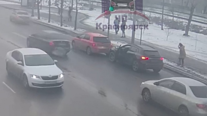 Неадекватный водитель залил лицо беременной девушки на «Мерседесе» перцовкой и подрался с пассажиром