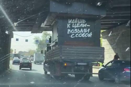 На Сортировке грузовик застрял под мостом: видео