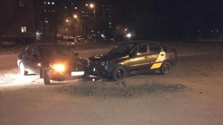 Работал без прав и лицензии: в Волгограде таксист устроил аварию на встречке с пострадавшими
