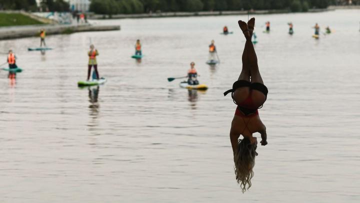 Екатеринбургские танцовщицы устроили необычный перформанс под Макаровским мостом