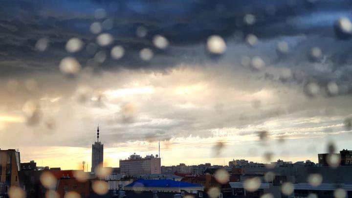 Чем опасен раскрытый зонт: рассказываем, как правильно вести себя во время грозы